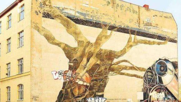 """Am S-Bahnhof Tiergarten verblasst das Wandgemälde """"Weltbaum"""" von Ben Wagin."""