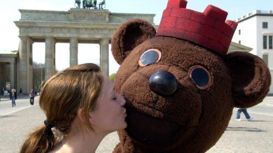 Zum Knutschen: Auch der Berliner Bär freut sich vor dem Brandenburger Tor über einen Kuss auf seine Wange. Besonders am Weltkusstag!