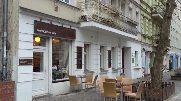 Von außen ziemlich unspektakulär: das kleine Café Werkstatt der Süße in der ruhigen Husemannstraße.