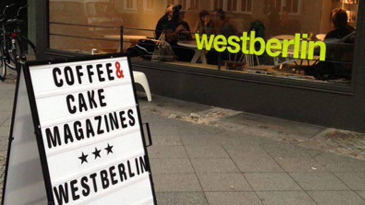 Lockvogel: ein weißer Kino-Aufsteller aus New York wirbt draußen für das Café.