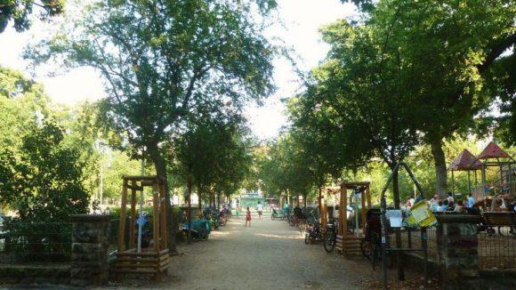 """Der Westeingang zum """"Boxi"""" liegt an der Gabriel-Max-Straße. Links gehts zur Plansche, rechts zum großen Spielplatz und geradezu ist ganz schwach das """"Café Achteck"""" zu erkennen."""