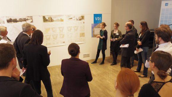 Die Teams präsentieren die besten Aspekte ihrer Entwürfe vor einer Jury.