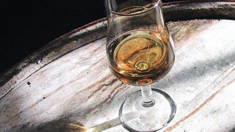 Schottischer Whisky und deutscher Herbst - bei beiden bricht sich das Licht in Gold- und Brauntönen.