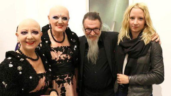 Dieser Bart ist unverkennbar: Künstler Nikolai Makarov (Mitte) mit dem ebenfalls künstlerisch aktiven Duo Eva & Adele und einer weiteren Bekannten.