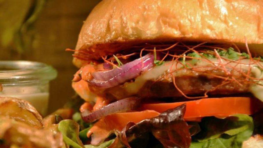 Bei ihren Burgern setzen die Jungs von Hirsch & Eber nur auf beste Zutaten, das Fleisch vom Wild kommt aus der Region.