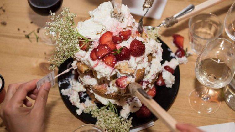 Beim Supperclub Wild & Root gibt's das Abendbrot mal anders. Oder wo sonst füttern sich die Gäste gegenseitig mit Erdbeerkuchen?