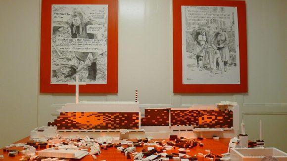 """""""Rückbau Ost - Aufbau West"""" (2012) eine partizipative Installation mit Holz und Legosteinen des Wahlberliners Diego Castro."""