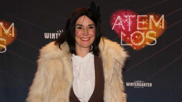Designerin Fiona Bennett kam im hellen Flauschemantel.