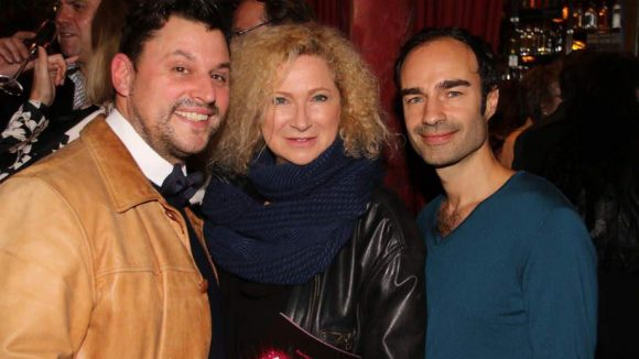 Zu den Freunden des Varieté-Theaters zählt auch Gaby Decker. Eingerahmt wird sie von den Modedesignern Matthias Maus (l.) und Ivan Strano.