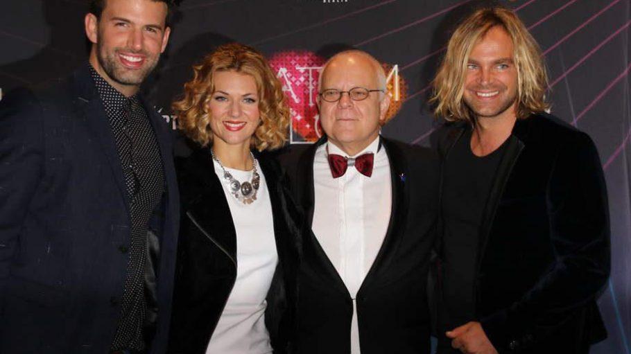 Drei der vier Sänger, die paarweise durch die neue Musik- und Varieté-Show im Wintergarten führen, zeigen sich zusammen mit Wintergarten-Geschäftsführer Georg Strecker (2.v.r.) bei der Premiere: Jay Khan, Ella Endlich und Tim Wilhelm (v.l.).