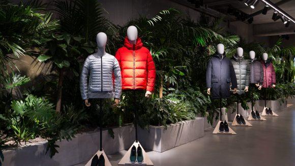 Die nachhaltige, spanische Modemarke Ecoalf bietet dir im neuen Store in Mitte nicht nur sportliche Kleidung aus PET-Flaschen, sondern lädt dich ein, über die Wegwerf-Gesellschaft nachzudenken.