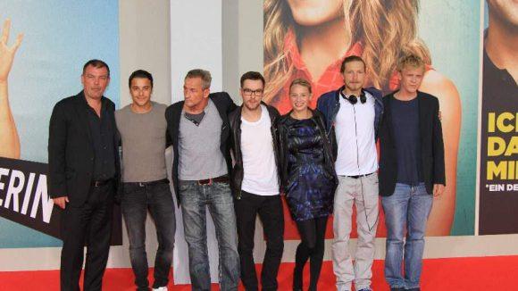 """Cross-Promotion von Warner: Cast und Team von """"Großstadtklein"""" versammelt auf dem Teppich."""