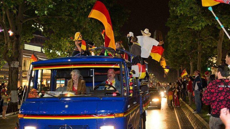 Berlin feiert den Weltmeistertitel - auf vier Rädern und zu Fuß.