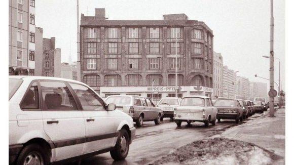 WMF-Haus in Mitte, 1991.Nocheinmal das Geschäftshaus der Württembergischen Metallwarenfabrik (WMF). Bis zum Mauerfall nutzte es ein Betrieb, der für die Versorgung ausländischer Botschaften mit Waren zuständig war. 1997 wurde das Haus saniert.