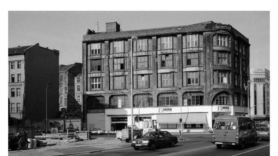WMF-Haus in Mitte, 1992.Das Gebäude an der Leipziger Ecke Mauerstraße wurde 1907 als Geschäftshaus der Württembergischen Metallwaren-Fabrik erbaut. Links im Bild ein 1995 abgerissenes Gebäude. Beide Häuser erlangten Berühmtheit, weil dort Anfang der 90er legendäre Clubs residierten - rechts das WMF, links das Elektro.