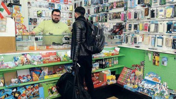 Wo ist eine Wohnung zu bekommen? Moussa Bassals Adresse kursiert sogar unter Flüchtlingen in der Türkei. Wer es bis Berlin schafft, kommt in seinen Laden und weiß: Hier wird ihm geholfen.