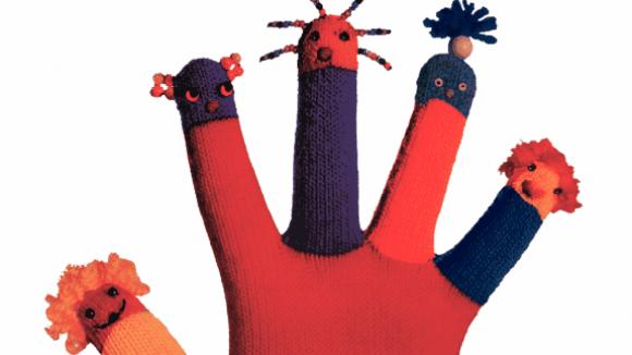 Der Interkulturelle Rat in Deutschland hat dieses Jahr für die Internationalen Wochen gegen Rassismus dieses Logo gewählt. Jeder Finger sieht anders aus, aber sie gehören zur selben bunten Hand.