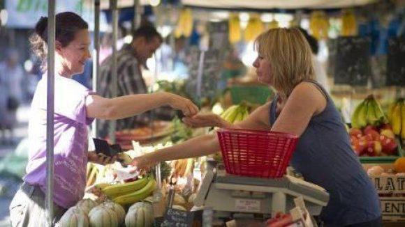 Eine typische Wochenmarkt-Szene. Obst und Gemüse von regionalen Anbietern sind beliebt.