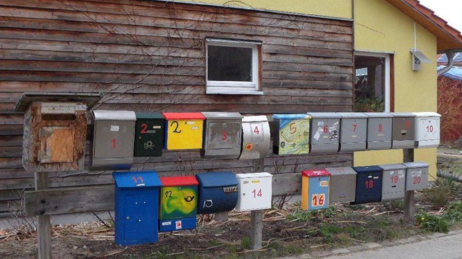 Hinter vielen Briefkästen verbergen sich viele Familien. 22 einheiten leben in der Wohngemeinschaft.