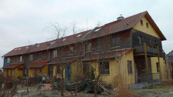 Freundlich, farbenfroh und ökologisch: weitgehend natürliche Baustoffe wurden für die Häuser verwendet.