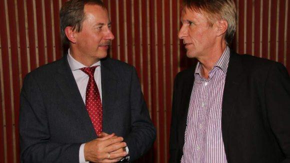 Der litauische Botschafter Deividas Matulionis (in seinem Heimatland trug sich das Schicksal der portraitierten Wolfskinder zu) im Gespräch mit Hubertus Knabe (rechts), dem Direktor der Gedenkstätte Berlin-Hohenschönhausen.