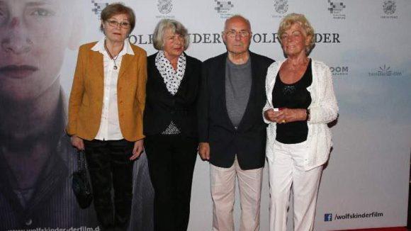 """... kamen auch einige """"echte"""" Vorbilder. Luise Kazukauskiene, Waltraud Baldoan, Heinrich und Sieglinde Kenzler (v.l.) haben die Nachkriegszeit als Waisen erlebt und berieten das Filmteam."""