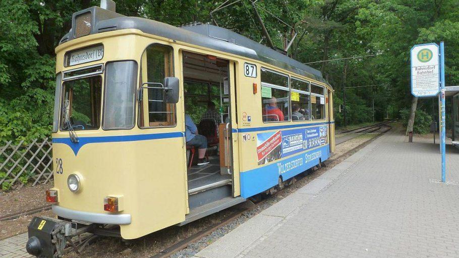 Woltersdorf hat eine eigene Straßenbahn. Von Berlin-Rahnsdorf aus fährt das historische Gefährt als Linie 87 in die Brandenburger Gemeinde.