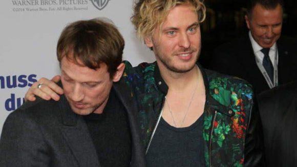 Hier sieht man Wotan Wilke Möhring mit dem deutschen Popsänger Finn Martin, der den Soundtrack zum Film beisteuerte. Wo schaut Wotan denn da eigentlich hin?