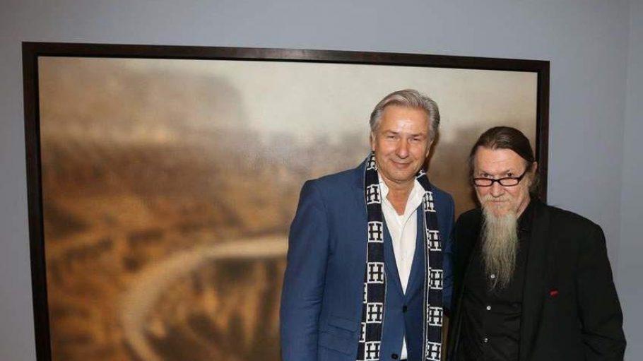Klaus Wowereit ist großer Fan der Kunst von Nikolai Marakov (rechts). Auch er ist an diesem Abend gekommen, um sich in den stimmungsvollen, magisch verschwommenen Szenerien des Berliner Malers zu verlieren. Dessen Bilder befinden sich mittlerweile in den wichtigsten privaten und öffentlichen Sammlungen der Welt.