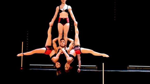 """Unglaubliche Anstrengung federleicht verpackt: Die Show """"Wunderkammer"""" ist unter der Regie von Yaron Lifschitz entstanden und zurück in Berlin."""
