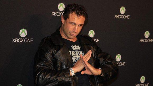 Bloodhound Gang-Bassist Evil Jared scheint von der neuen XBox sehr überzeugt.