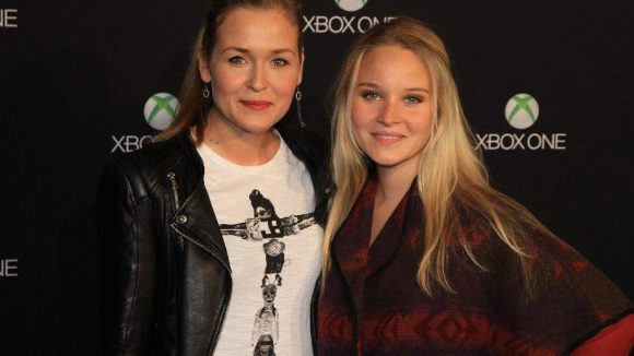 Schauspielerkolleginnen und anscheinend XBox-Fans: Judith Hoersch (l.) und Sonja Gerhardt.