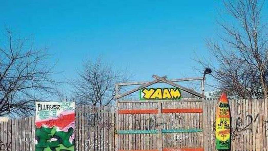 Torschlusspanik. Das Yaam am Ostbahnhof soll im nächsten Jahr umziehen, danach wird das Grundstück bebaut. Doch hinter den Kulissen läuft nicht alles nach Plan.