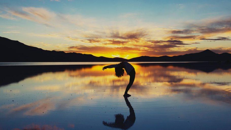 Yoga in der Natur, Sonnenuntergang inklusive. Wir wollen auch!