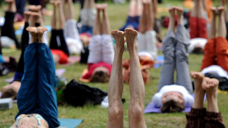 Immer schön locker bleiben. Mehr als 7000 Besucher kamen zum Yoga-Festival, das an diesem Wochenende zum letzten Mal am Havelufer in Kladow stattfand. Weil der Platz für Zelte und Autos dort nicht ausreicht, suchen die Veranstalter eine neuen Standort..
