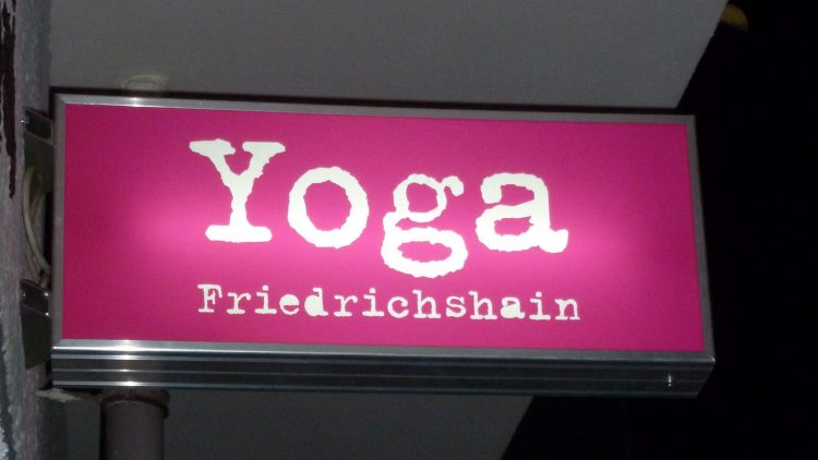 Bei Yoga in Friedrichshain dehnen und entspannen sich die Yogis nach der Methode von B. K. S. Iyengar.