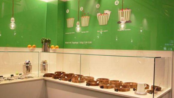 Das Interieur des Youghurt greift Hand in Hand mit dem Konzept des Ladens: Weiß steht für Milchprodukte und grün für Ökologie.