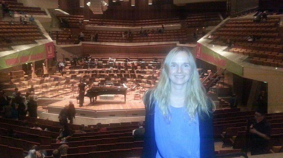 Ja, das bin ich vor der großen Bühne in der Philharmonie.