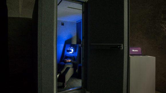 Traust du dich in diese dunkle Kammer? Die Ein-Personen-Installation von Yutaka Makino steht derzeit in der DAAD Galerie in Kreuzberg.