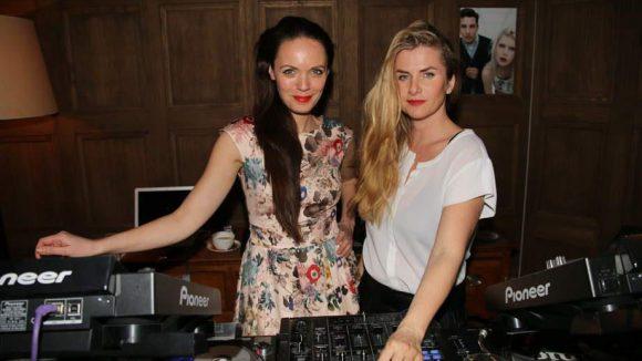 """Für die Musik sorgten die beiden hübschen DJs von """"Menage a Trois""""."""