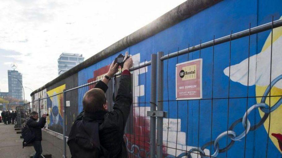 Jetzt versperrt ein Zaun Sprayern den Weg zur Berliner Mauer. Auch den Touris macht er das Leben schwer.