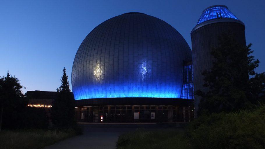 Das Zeiss-Planetarium an der Prenzlauer Allee sieht bei Nacht futuristisch aus .