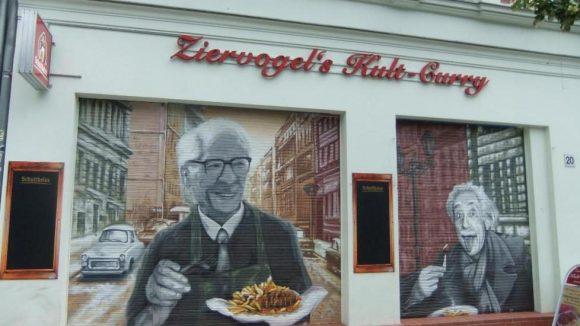 Noch sind die Läden heruntergelassen - doch ab morgen dürfen sich alle Berliner auf eine neue Konnopke-Bude am Senefelderplatz freuen.