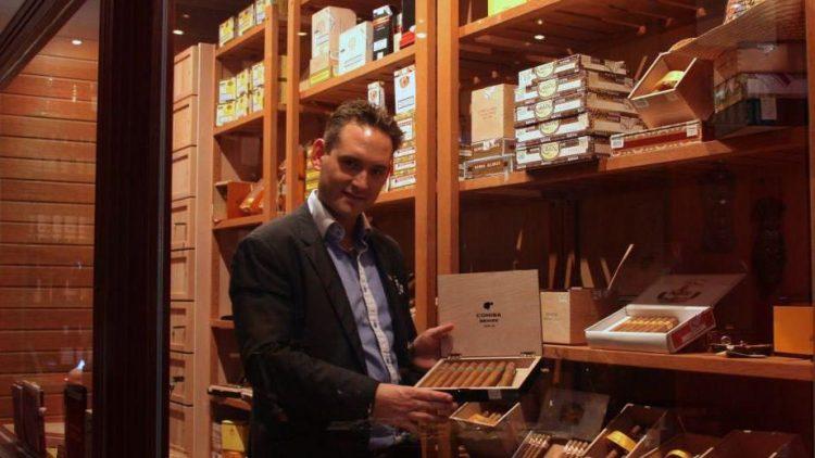 Inhaber Hemmy Garcia im begehbaren Massivholz-Humidor, in dem die Zigarren lagern.