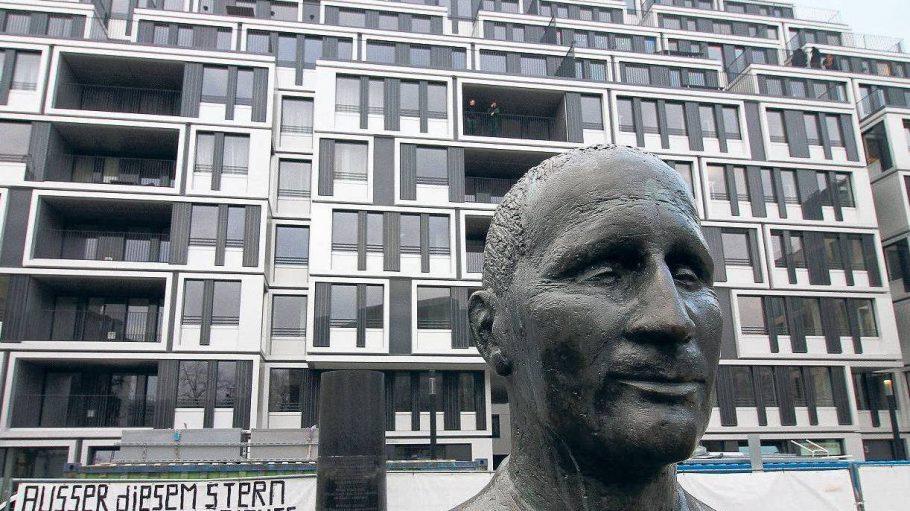 Im Schatten von Bertolt Brecht: Das neue Haus am Platze ist fertig.
