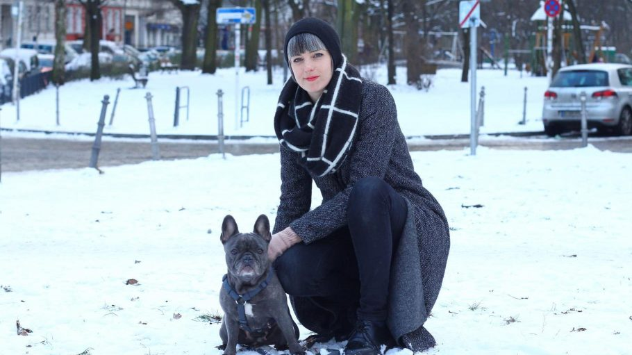Zoë Noble und ihre Französische Bulldogge Olive im winterlichen Kreuzberg.
