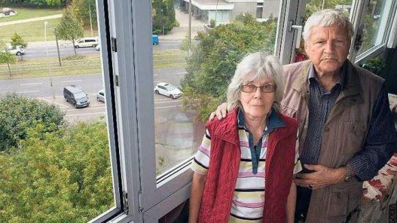 Zu Besuch. Elfriede und Gerd Menge in ihrer ehemaligen Wohnung am heutigen Platz der Vereinten Nationen. Früher hatte das Paar einen direkten Blick auf Lenin.