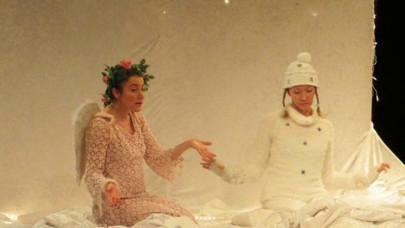 Die Schauspielerinnen Giuliana Fanelli (links) und Janine Lange auf einer Wolke im Pfefferberg Theater.