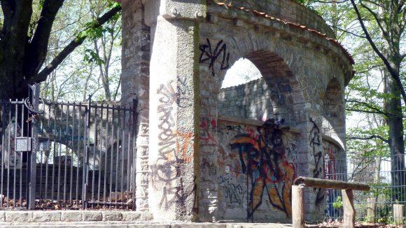 Das Ehrenmal für die Gefallenen der beiden Weltkriege aus Lankwitz ist leider mit Grafitti besprüht und nicht zugänglich. So fehlt ein Aussichtspunkt.
