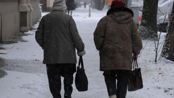 Zwei ältere Frauen auf einem eingeschneiten Gehweg in Berlin-Mitte. Grundstückseigentümer müssen für die Freihaltung der Gehwege sorgen.